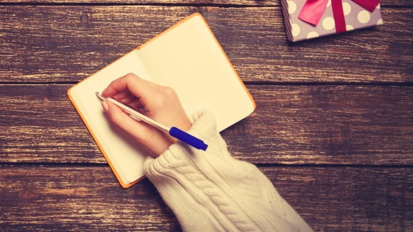 Kvinde der skriver ønskeliste og ikke ved hvad hun ønsker sig