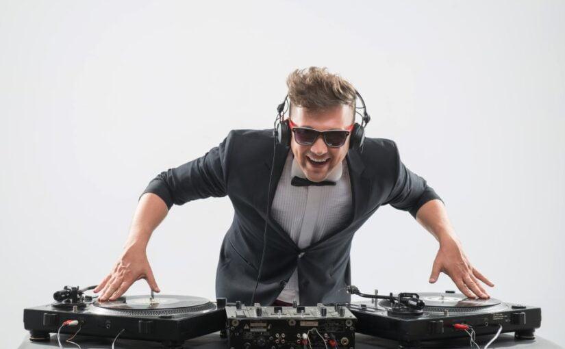 DJ der spiller til en fest
