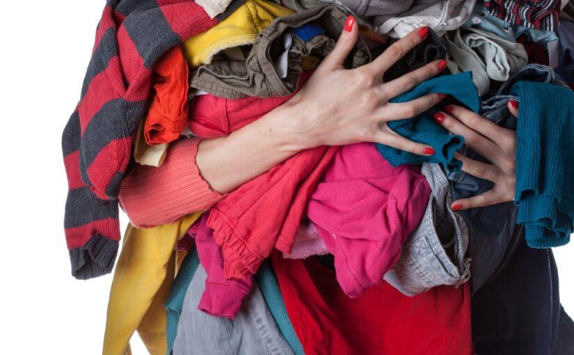 Kvinde med tøj i hånden
